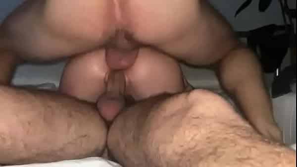 Parsexual mulher dando para dois homens ao mesmo tempo