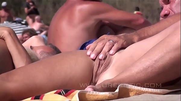 Sexo na praia na frente de todas as pessoas visitando