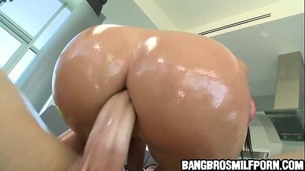 Vidio de sexo mulher rabuda sentando no caralho enorme