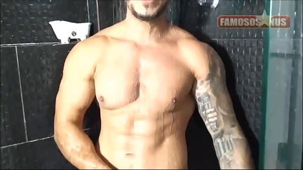 Homem pelado no banheiro debaixo do chuveiro video gay
