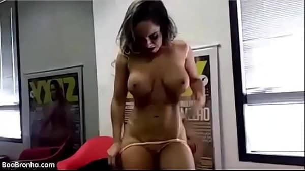 Mulher melao pelada mostrando a buceta raspadinha