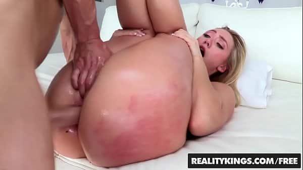 Sexogostoso loira bunduda gozando durante transa no motel