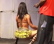 Mulher filé nua durante baile funk rebolando a bunda