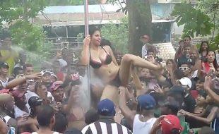 Orgia no carnaval mulher muito safada ficando pelada