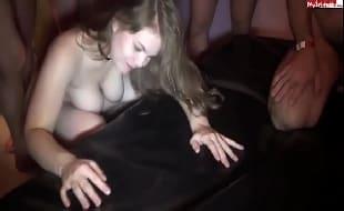 Pornolandia Xxxx loira puta no meio de três homens