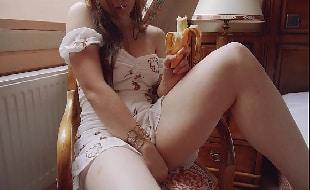 Ninfeta de vestido sem calcinha se exibindo para homens